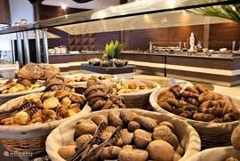Wenst u een uitgebreid ontbijt dichtbij? In het 4* hotel, juist rechtover de villa, kan u 's morgens genieten van een uitgebreid en gevarieerd ontbijtbuffet voor 7€!