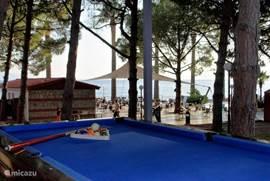 4* hotel Omer Holiday Resort rechtover de villa biedt onze gasten een 'all-in volledige dag toegang' aan 25€: warm buffet, drank & alcoholen, snacks, privé-strand met ligstoelen, allerlei watersporten, zwembad met glijbanen, kinderbad tennis, biljart, animatie, traditioneel Turks café, speeltuin,...