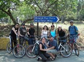 Houdt u van fietsen, genieten van een fris briesje, de zon, de prachtige landschappen, de wandeldijken langs de kustlijn (18km)? 'Allway Kusadasi Bike Rental' bevindt zich op 300m van de villa! U kunt er een fiets huren voor slechts 8€ per dag met helm, slot en 'map & road support' inbegrepen!