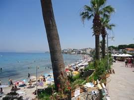 Het beroemde strand Ladies Beach op 5min van de villa met de dolmus! Een wandeldijk, restaurants, bars, ligstoelen en parasols, supermarktjes, snack bars, disco's 's avonds.  Vele gasten hebben genoten van de wandeling langs het strand naar het centrum!