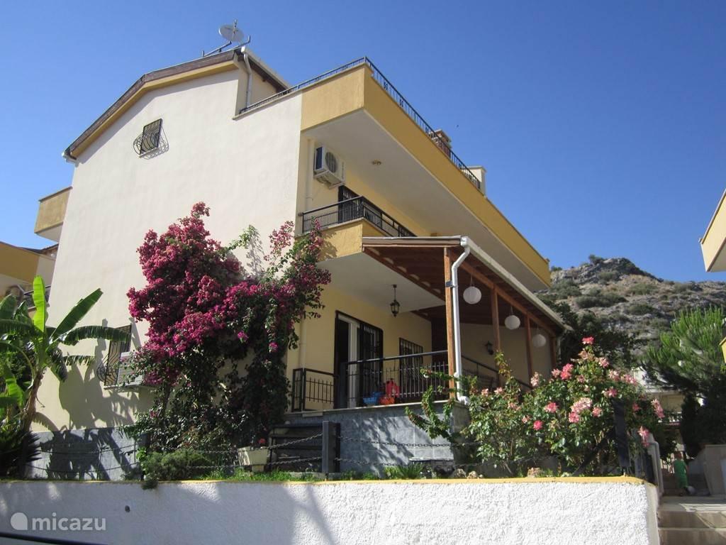 Begonvilla is een mooie vakantievilla met 4 slaapkamers met zeezicht en balkon, 3 badkamers, dakterras met panoramisch zicht over het Grieks eiland Samos, privétuin en zwembad! En dit allemaal op slechts 150m van het klein lokaal strand 'Yavansu Beach'!!!