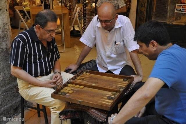 Laten we het mooie Turkije even samen ontdekken... Hun sociaal leven... Alle generaties spelen vandaag de dag nog gezelschapspelen zoals Backgammon...