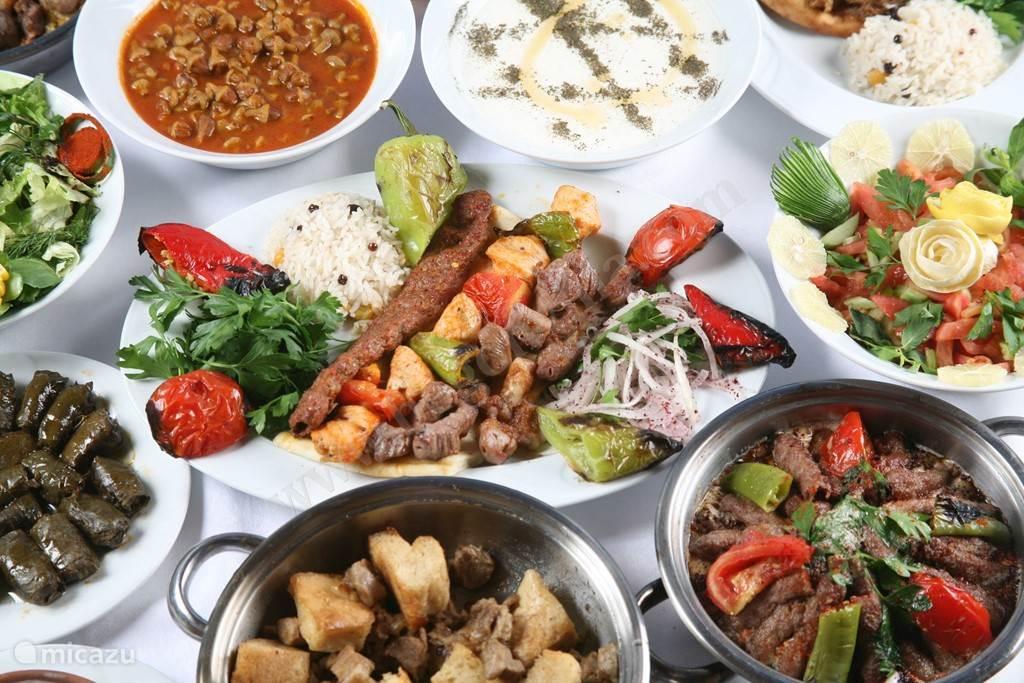 Laten we Turkije even samen ontdekken... Hun Mediterraanse keuken! De maaltijden aan de Egeïsche Kust bestaan vooral uit vis, groenten en kruiden...