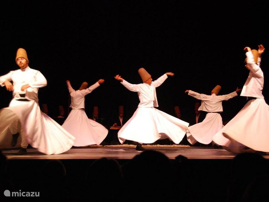 Laten we Turkije even samen ontdekken... met hun Dervish dansers!  Dervish zijn religieuzen die in het rond dansen tot hun spirituele extase.