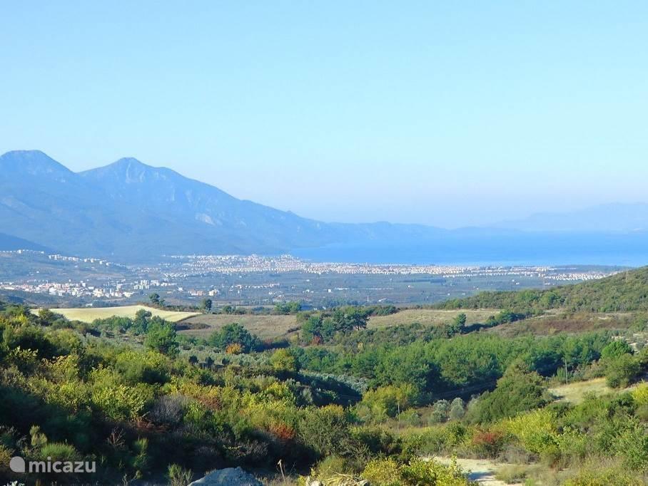Wat zo mooi en charmant is aan Kusadasi en waarom het zo geliefd is en zo veel succes heeft, is dat Kusadasi een authentieke badplaats is, midden in de groene natuur omsingeld door prachtige bergen en zicht heeft op het Griekse eiland 'Samos' (slechts 17km).