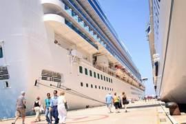 Cruiseschepen van de hele wereld komen hier elke dag aan kaai!