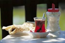 De flensjes of Gözleme worden gegeten met Turkse thé 'çay'. Smakelijk = 'Afiyet Olsun!'
