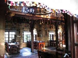 Heerlijke Turkse keuken in een traditioneel kader bij Degirmen Restaurant & Park. Op 10min met de dolmus en fiets of 5min met de wagen!