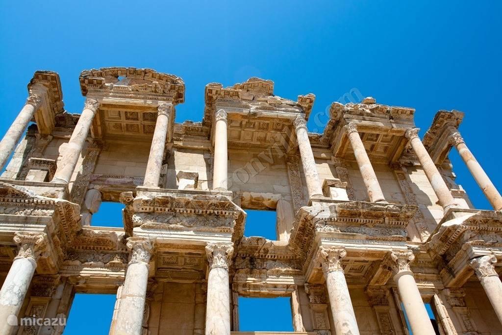 Efeze (1000v.Chr.) is wereldberoemd en mag u zeker niet missen! Het ligt maar op 30min rijden (20km) van de villa! Ideaal te combineren met het huis van Maagd Maria... Ze liggen op amper enkel 7km van elkaar!