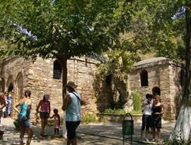 Als u van plan bent Efeze te bezoeken dan is het absoluut de moeite waard om het huis van de Maagd Maria erbij te nemen. Ze liggen amper op een 7-tal km van elkaar! De adembenemende uitzichten, de stilte van de bezoekers maken deze plek mysterieus en ZO rustgevend! Op 15/08 is er een herdenkingsmis.