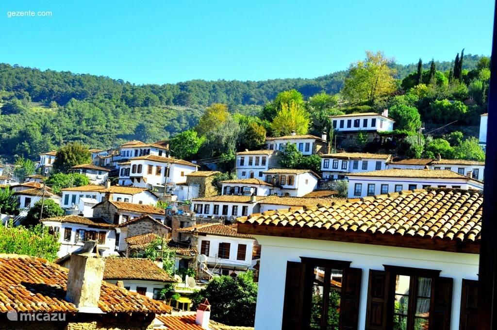 Sirince is een orthodox dorpje gebouwd door Griekse bevrijde slaven uit de 15e eeuw... Het dorpje is gebouwd tegen een prachtige heuvelflank omgeven door bossen! Op slechts 30min van de villa met de dolmus!