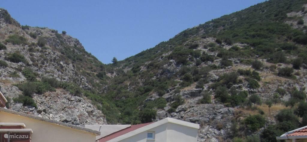 Begonvilla heft niet alleen maar zicht op zee en het zwembad maar ook zicht op de bergen! Dit is het zicht van de achterkant van het dakterras...