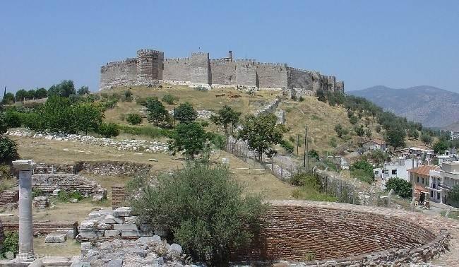 Eén van de meest bezochte plekken in Turkije omdat het zo dicht bij Efeze ligt, is Selçuk! Een Byzantijns citadel, Johannesbasiliek (6e eeuw) en de Seldjoekse moskee 'Isa Bey'.