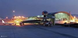 Kusadasi is amper 3u20min vliegen!Er zijn vluchten vanuit Rotterdam, Amsterdam, Den Haag,... De dichtstbijzijnde luchthaven is Izmir (65km) op een uurtje rijden met de taxi of huurauto! Iets verder kan u ook landen op Bodrum (155km) 1u30min met de auto... Goedkope vluchten vindt u op www.triptime.nl