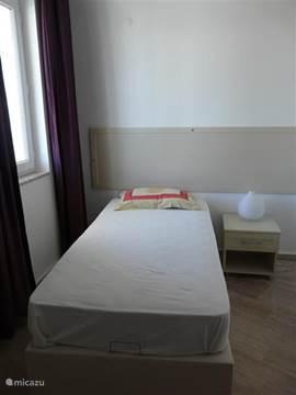 kleine slaapkamer op de 1e verdieping