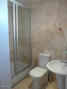 Badkamer op de 2e verdieping voorzien van douche, toilet en wastafel