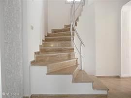 open trap naar boven . Marmer door het hele huis