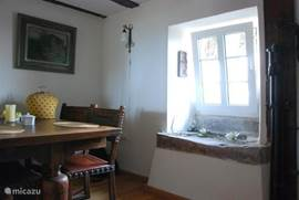The dining room is open to the living room. Here you will find details of the original building from 1760, as the old sink and bread oven. Through a window in the interior is extra light in and there is a view of the valley In the dining room there is an antique dining table and china cabinet