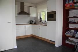 Keuken met koelkast, magnetron/oven, vaatwasser