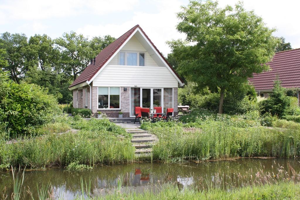 Nog enkele weken is onze vakantiewoning te huur. 10% extra korting . Ontdek het fraaie gebied met de Weerribben, Dwingelerveld en het Friesche Woud.