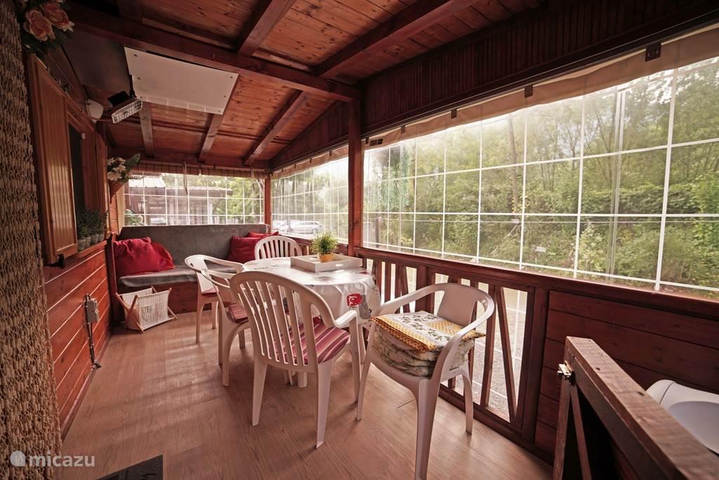 Ruime veranda 5 x 2 meter met afsluitbaar doorzichtig zeil met vrij uitzicht op bergen.