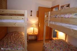 De 2e slaapkamer met 2 stapelbedden, dus ruimte voor 4 personen. De kamer is niet super groot, maar wel super gezellig!