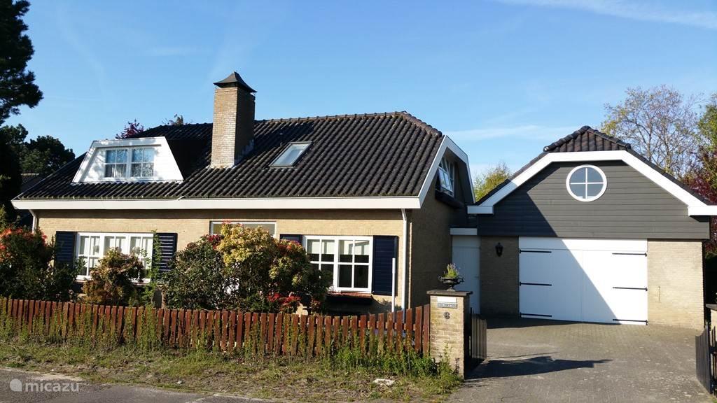 La Perle Zeeland met garage aan de voorkant. Volledig in het groen met heerlijke privacy op 900m2 eigen grond.