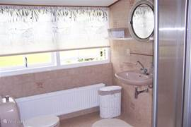 Tweede badkamet boven met douche (stortdouche).