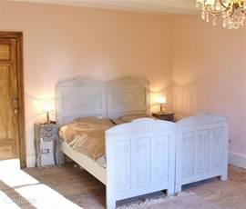 Slaapkamer met 2 eenpersoons bedden.