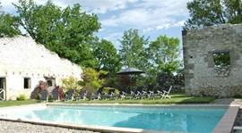 Heerlijk relaxen bij het zwembad terwijl je geniet van het uitzicht. Het zwembad is beveiligd en dit gedeelte van de parktuin is ook afsluitbaar, dus veilig voor kleine kinderen.