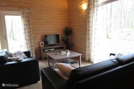 Gemütliches Wohnzimmer mit Sitzecke und Französisch Türen zur Terrasse