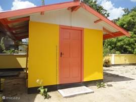 De schuur in Carabische kleuren, hier staat uw wasmachine, tuingereedschappen en hydrafoor.