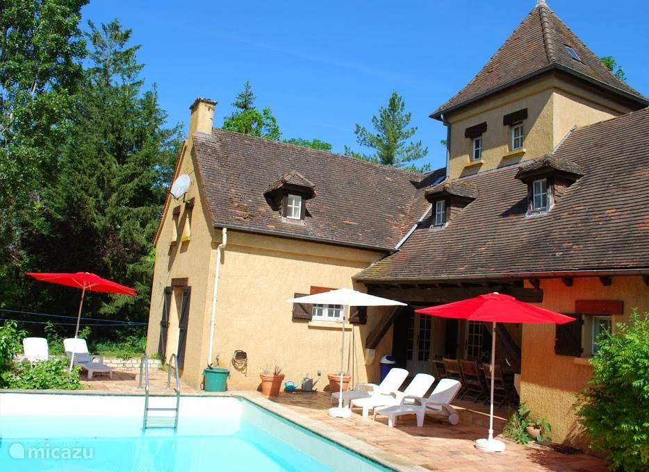 Vacation rental France, Dordogne, Bouzic manor / castle Maison les Bois