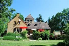 Vanuit de heerlijk ruime (prive) achtertuin kijkt u hier naar Maison les Bois.