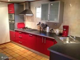 De onlangs nog opgeknapte moderne en frisse keuken, voorzien van alle hedendaagse gemakken.