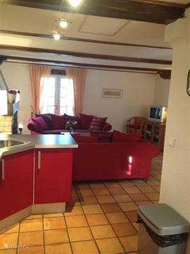 Een blik vanuit de keuken in de woonkamer.