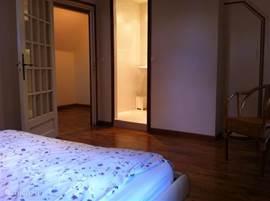 Vanuit het bed krijgt u een inkijkje in uw eigen douche en wastafel.
