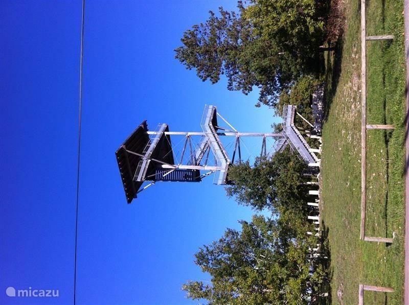 De uitkijktoren die een prachtig uitzicht op de omgeving biedt. Tevens startpunt van wandelingen. Daarnaast is tegenover de uitkijktoren in juli 2014 La Terrasse de Moncalou geopend. Een gezellige eetgelegenheid gerund door een sympathieke Nederlander. Op 10 minuten loopafstand van Maison les Bois.