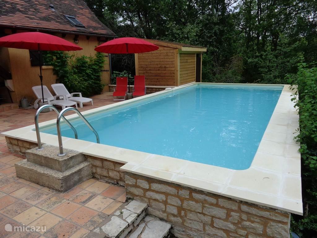 Het vernieuwde zwembad, waar het op het terras aan het water zowel als in het water goed toeven is.