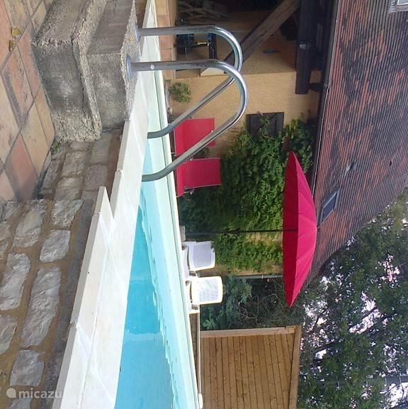 Het gerenoveerde en vernieuwde zwembad.