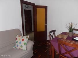 woonkamer ,eettafel en uitzicht op de hal