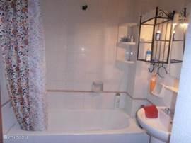 badkamer met ligbad en wastafel