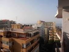 uitzicht op zee vanaf het balkon aan de zijkant . In de ochtend tot 2 uur zon ,beschikt over een markies