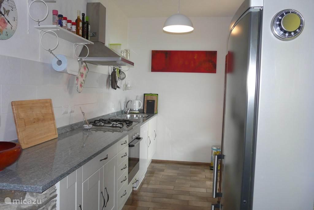 Compleet ingerichte Keuken met vaatwasser.