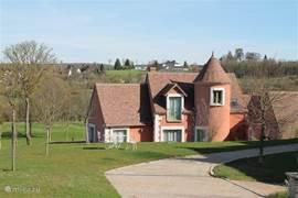 Oprit naar de prachtige villa La Tourette. Deze ligt direct aan de golfbaan