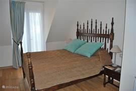 Dit is de 3e slaapkamer. Deze is op de 1e étage. In deze kamer is ook nog een 3e bed beschikbaar voor een eventuele 9e persoon. De 4e slaapkamer bevindt zich tegenover deze slaapkamer. Beide slaapkamers beschikken over een eigen, volledig ingerichte badkamer met douche, wastafel en toilet.