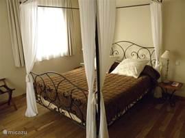 De rustieke ouderslaapkamer op de parterre. Met TV, voldoende kastruimte en een eigen badkamer