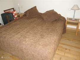 Deze slaapkamer grenst aan de keuken en is eveneens voorzien van TV. en een eigen badkamer