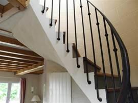 Bij de entree/hal van de woning, via de bijzonder stijlvolle torentrap komt men op de 1e étage waar de andere 2 slaapkamers zijn.