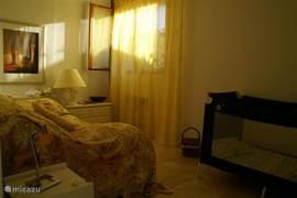 Gele slaapkamer ingericht als kinderkamer